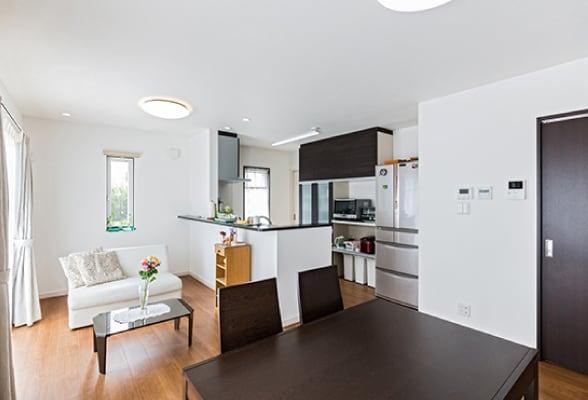 扉やキッチン、家具もダークブラウンで統一。